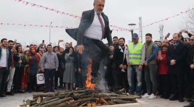 Nevruz kutlamasında demir unutulunca 'yüksek gerilim' levhası dövüldü