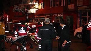 Yangında mahsur kalanlar pencereden atladı