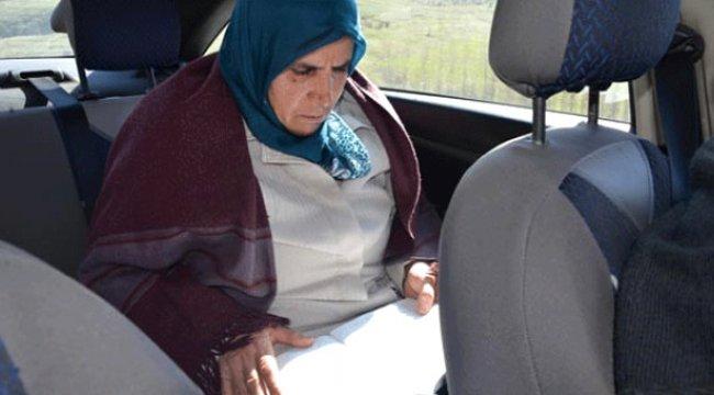 60 Yaşındaki Kadının Okuma Azmi! Önce İneğini Sağıyor Sonra Kursa Gidiyor