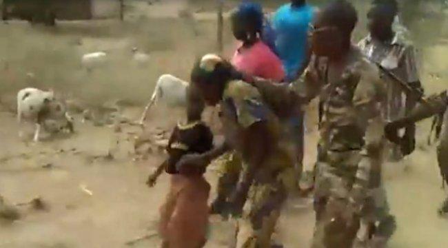 Kamerunlu Askerler, İki Kadın ve İki Çocuğu İnfaza Götürdükleri Anı Kamerayla Kaydetti