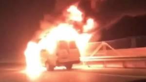 Alev topuna döndü ! İçinde 40 kişi vardı... İzmir'de seyir halindeyken alev alan minibüs böyle yandı.