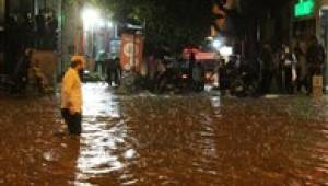 Denizli'de akşam saatlerinde etkili olan yağmur, hayatı olumsuz etkiledi.
