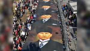 İzmir Yine Farkını Gösterdi..Dev Posterle Ata'ya Saygı Yürüyüşü!