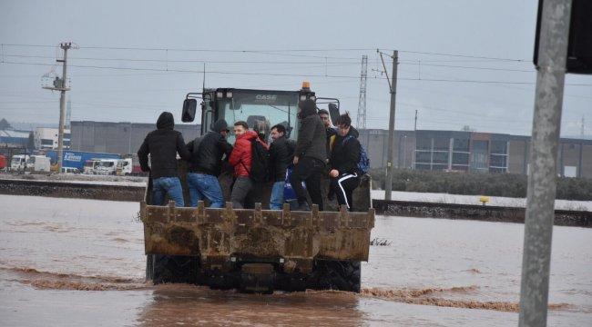 Son dakika... İzmir - Eskişehir tren seferleri aşırı yağış yüzünden durdu, yol kapandı, işçiler kepçeyle taşındı
