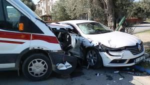Kavşakta ambulansla otomobil çarpıştı! Yaralılar var...