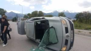 Denizli'de Ticari Araçla Çarpışan Otomobil Devrildi: 1 Yaralı