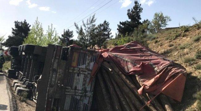 Denizli'nin Pamukkale ilçesinde Tomruk Yüklü Tır Devrildi 1 Kişi Yaralandı