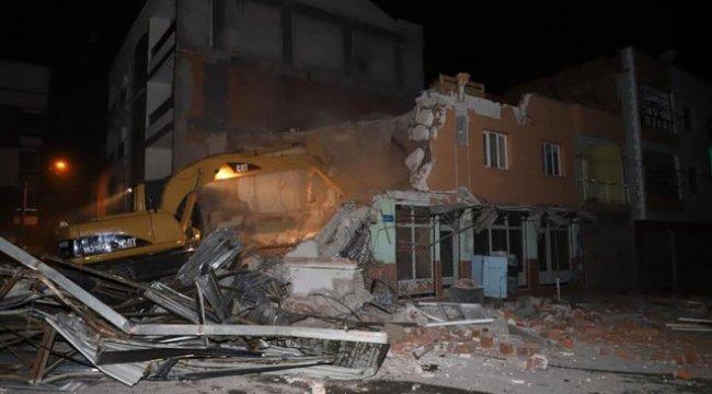 Manisa'nın Turgutlu İlçesinde Tahliye Edilen Bina Belediye Ekipleri Tarafından Yıkıldı