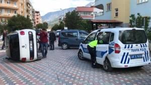 MANİSA'nın Yunusemre ilçesinde, Park Halindeki Hafif Ticari Araca Otomobil Çarptı: 2 Yaralı