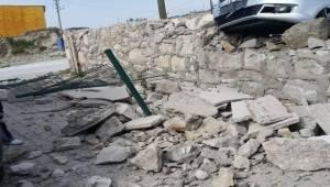 Afyonkarahisar'da hızını alamayan bir araç, otoparkın duvarına çarparak durabildi.