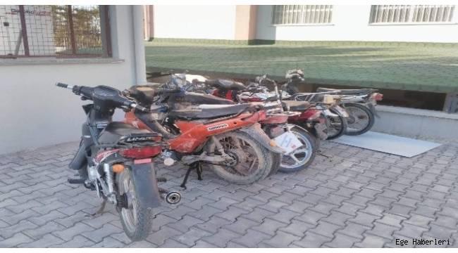 Afyonkarahisar'ın Bolvadin ilçesinde geçtiğimiz günlerde meydana gelen motosiklet hırsızlığı olayı ile ilgili polis operasyonunda 3 kişi yakalandı.