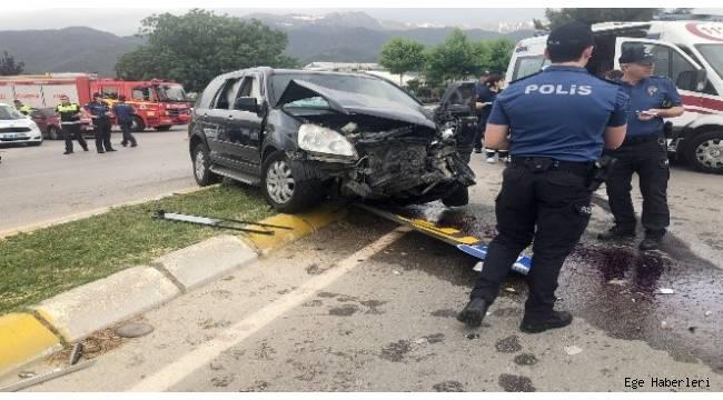 Denizli'de lüks bir araç ile öğrencileri taşıyan minibüsün çarpışması sonucu 9'u öğrenci 14 kişi yaralandı.