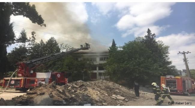 Denizli'nin Merkezefendi ilçesinde metruk haldeki eski sağlık ocağı binasında yangın çıktı.