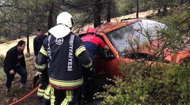DENİZLİ'nin Pamukkale ilçesinde, Şarampole Yuvarlanan Otomobildeki Yaralıları İtfaiye Ekibi Çıkardı