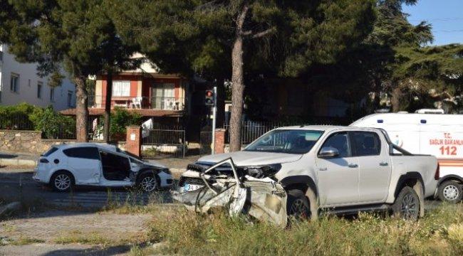 İzmir'de Otomobil ile Kamyonet Çarpıştı: 2 Yaralı