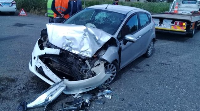 İzmir'in Aliağa ilçesinde ile Otomobil Çarpıştı: 1 Yaralı