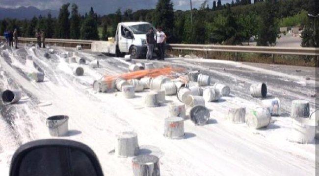 İZMİR'in Çiğli ilçesinde, Kazada Kamyonetten Savrulan Boyalar, Yola Döküldü