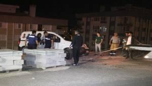 İzmir'in Çiğli ilçesinde, şarampolün kenarında askıda kalan hafif ticari araç içerisinde uyuyakalan bir kişi 15 metre yükseklikten şarampole düşmekten son anda kurtarıldı.