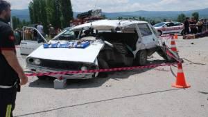 Kütahya'nın Gediz ilçesinde 2 otomobilin çarpışması sonucu meydana gelen trafik kazasında 2 kişi öldü, 2 kişi de yaralandı.