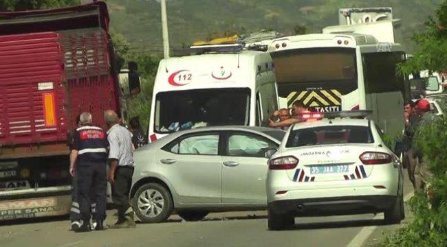 Ödemiş'te Otomobille Traktör Çarpıştı: 3 Yaralı