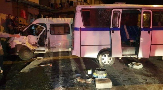 Alaşehir'de işçi minibüsünün freni patladı: 13 yaralı