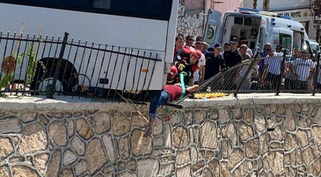 Denizli'de otobüsün çarptığı adam bariyerlerde sıkıştı