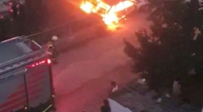 İzmir'in Bayraklı ilçesinde, park halindeki araç alev topuna döndü