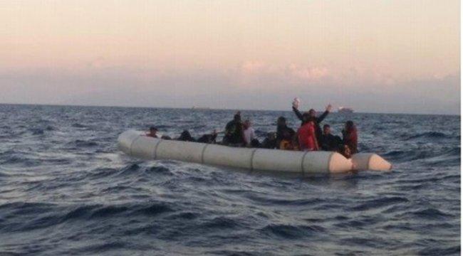 İzmir'in Foça ilçesi açıklarında 35 kaçak göçmen yakalandı