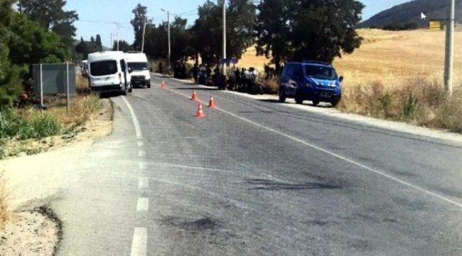 İZMİR'in Foça ilçesinde, Minibüsle çarpışan kasksız motosikletli öldü