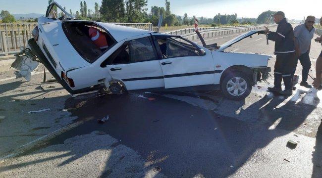 Kütahya'nın Çavdarhisar ilçesinde düğün dönüşü kazada ikiye bölünen otomobildeki 2 kişi öldü