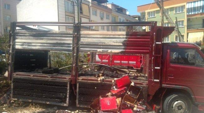 Manisa'da, elektrik tellerinden sıçrayan kıvılcım kamyonu yaktı