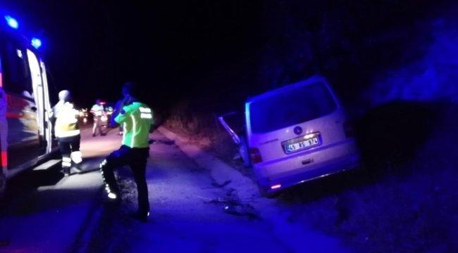 Manisa'nın Kula ilçesinde çarpan kamyonetin sürücüsü yaralandı