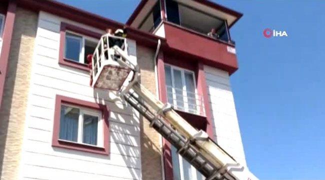 Denizli'de odasında mahsur kalan 3 yaşındaki kızı itfaiye kurtardı