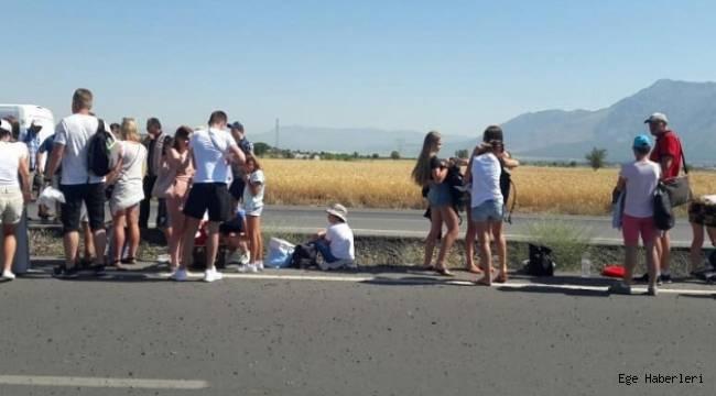 Denizli'deturistleri taşıyan otobüs devrildi: 4 yaralı