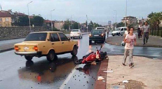 DENİZLİ'nin Merkezefendi ilçesinde, elektrikli bisikletteki 2 kişinin yaralandığı kaza kamerada