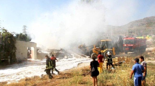 Fethiye'de yangın: zeytinlik ve kereste deposu kül oldu