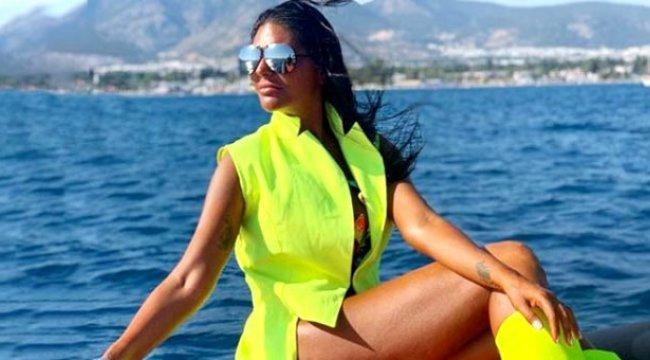 İkoncan Süreyya Yalçın'ın neon renkli bikinisi herkesi şaşırttı