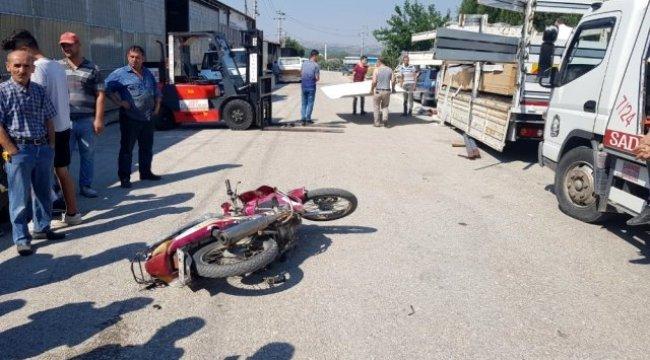 Manisa'da motosiklet sürücüsü forklift demirine takılarak yaralandı