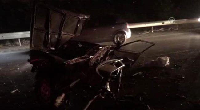 Manisa'da otomobil ortadan ikiye bölündü: 3 yaralı