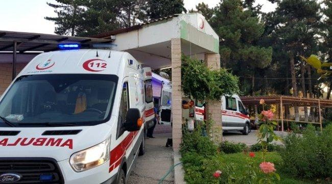 Manisa'nın Kula ilçesinde otomobil kırmızı ışıkta bekleyen araca çarptı: 2 yaralı