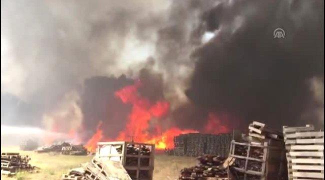 Manisa'nın Yunusemre ilçesinde Palet fabrikasında yangın