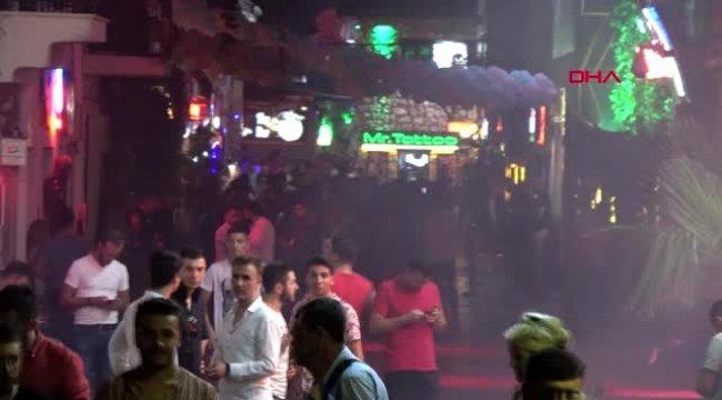 MUĞLA Marmaris'te turistler Barlar Sokağı'nda eğleniyor