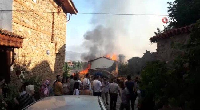 Tarihi mahalle Birgi'de korkutan yangın: 1 yaralı