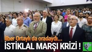 Afyonkarahisar'da, Zafer Haftası nedeniyle düzenlenen etkinlikte sunucu, saygı duruşu ve İstiklal Marşı'nı unuttu.