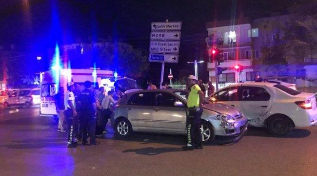 Manisa'da feci kaza! İki araç da kaldırıma savruldu: Çok sayıda yaralı var!