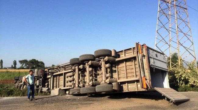 Manisa'da şarampole devrilen tırın sürücüsü yaralandı