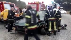 Denizli'de iki otomobil çarpıştı, hurdaya dönen otomobil sürücüsünü itfaiye kurtardı