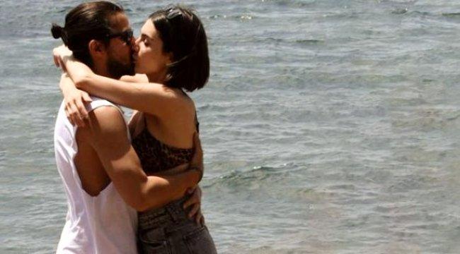 Oyuncu Fulya Zenginer, denizde sevgilisini öpücüklere boğdu