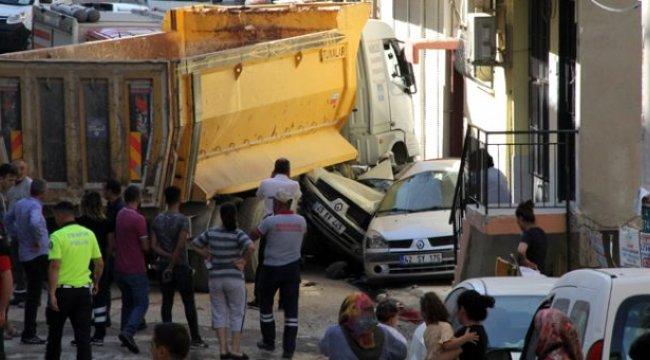 İzmir'de freni boşalan kamyonun, 9 otomobili ezdiği anların kamera görüntüleri ortaya çıktı