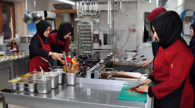 41 kadın el ele verip Afyonkarahisar'ın tescillenmiş ürünlerinin imalatına başladı